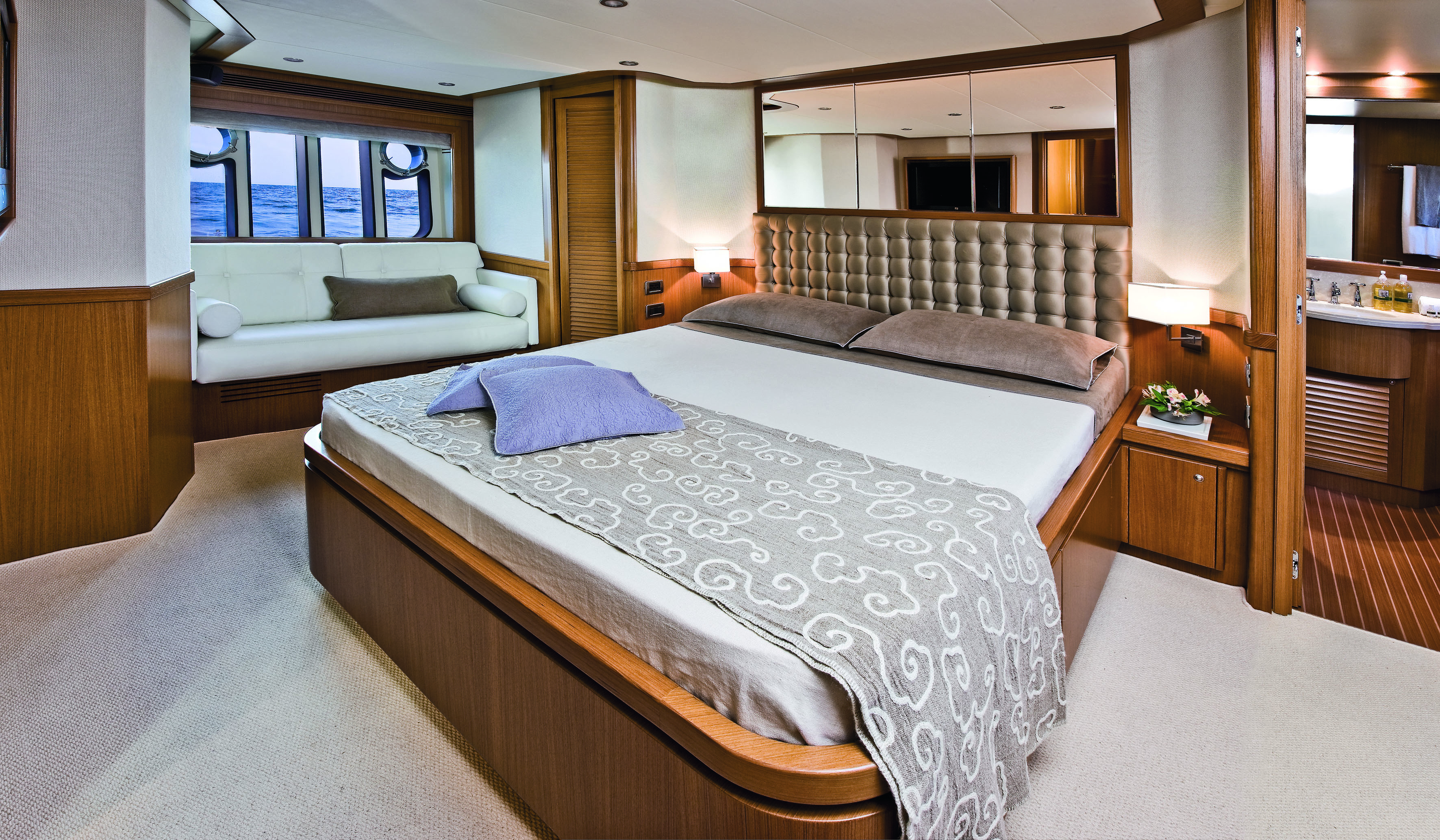 Mochi Craft Long Range 23 Motor yacht Master cabin