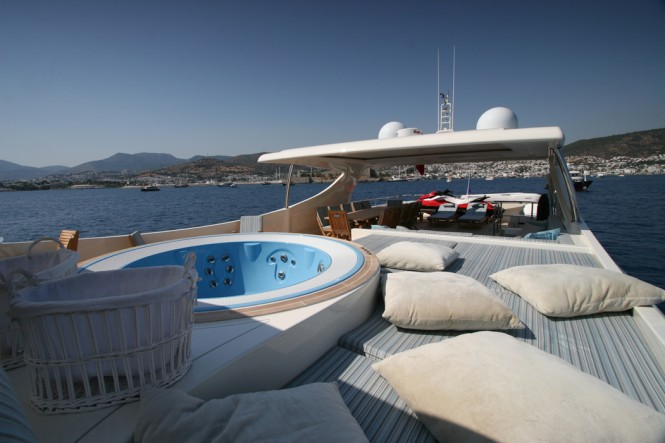 M&M yacht - Flybridge and Spa Pool