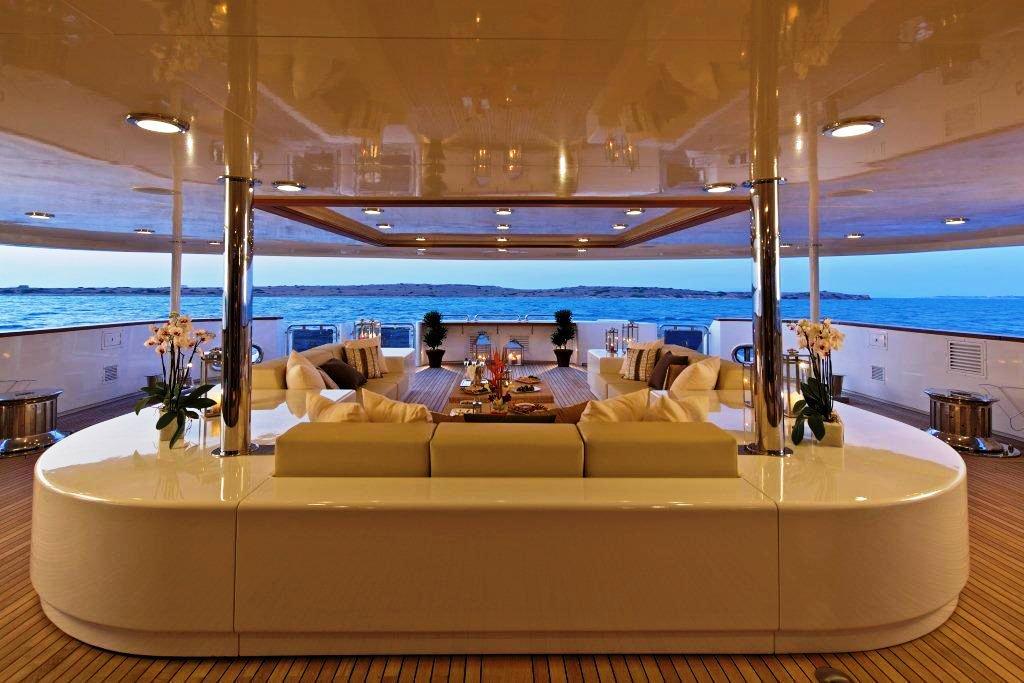 Luxury charter yacht O'MEGA - Main Deck