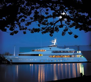 Derecktor's new mobile boat hoist hauls out the 52m Feadship motor yacht DREAM
