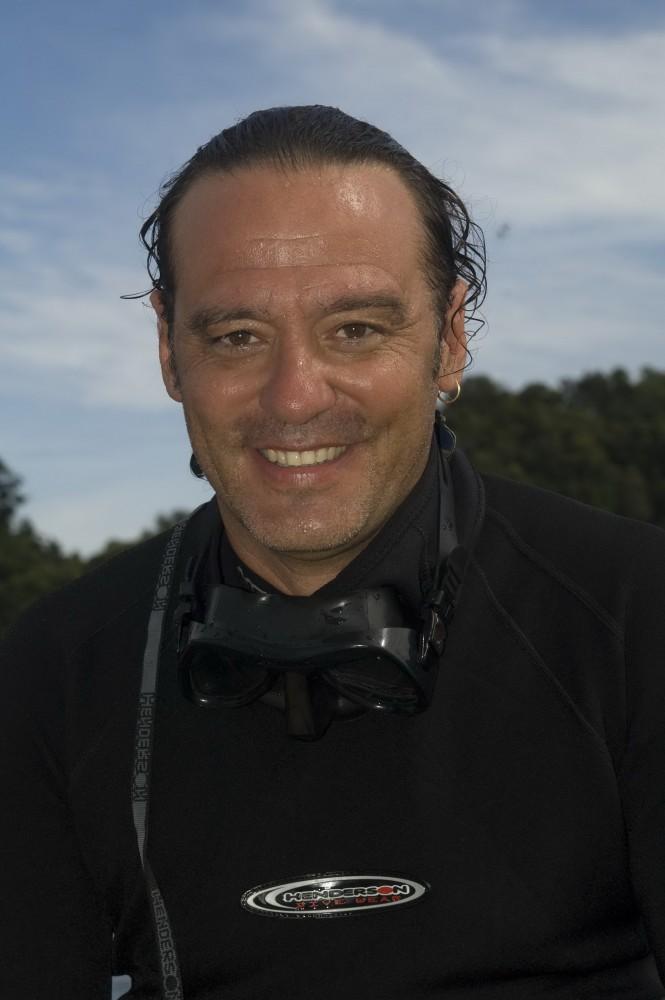 'Top Gun' Guides Ricardo Buxo
