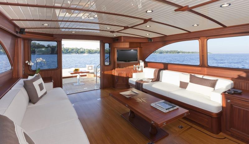 V77 Flybridge Yacht - Saloon
