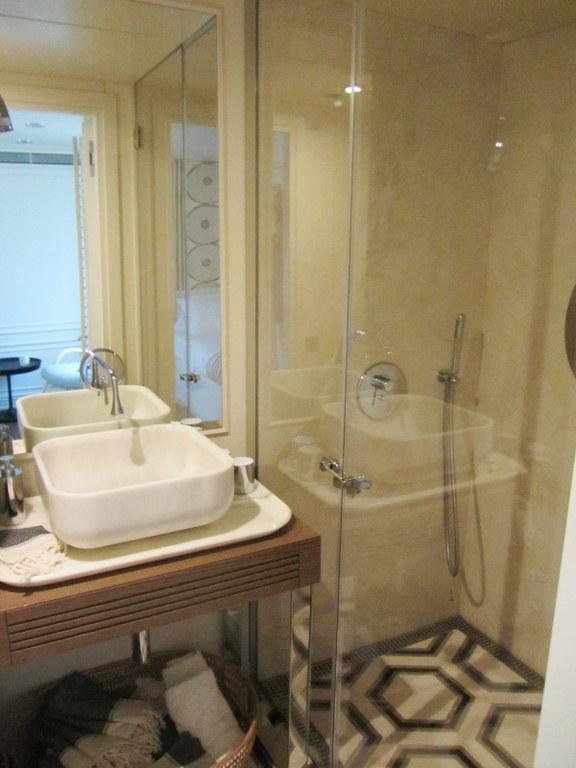 Le Lutteur Yacht - VIP Cabin Bathroom