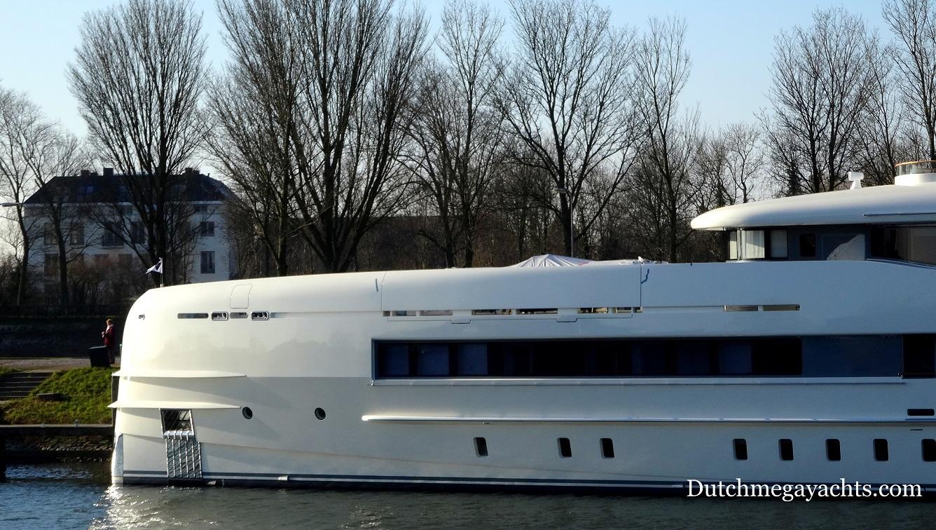Heesen Sibelle Yacht with mast added - bow