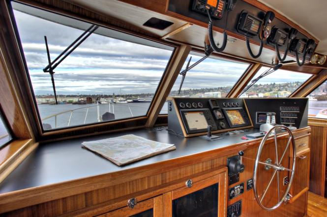 Motor yacht VIAGGIO - Wheelhouse to Starboard