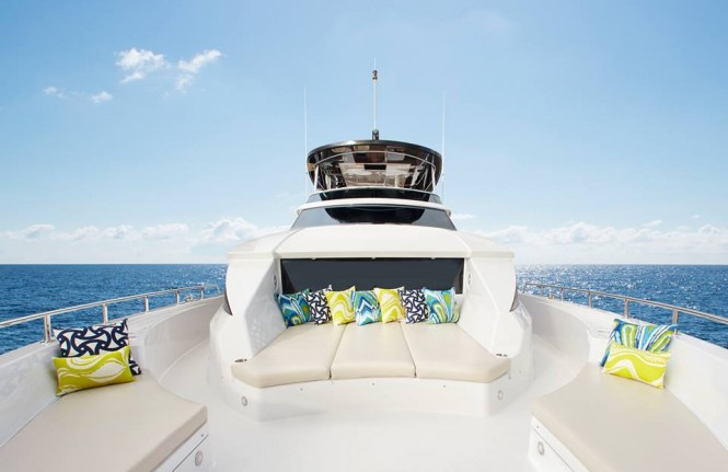 Hatteras 70 - Spacious foredeck lounge