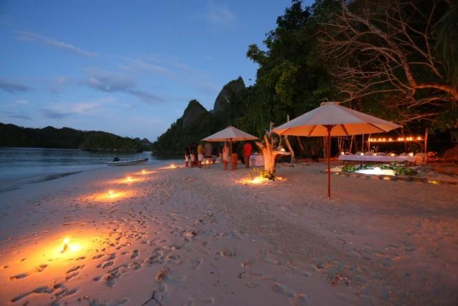 Yacht Lamima - Beach night