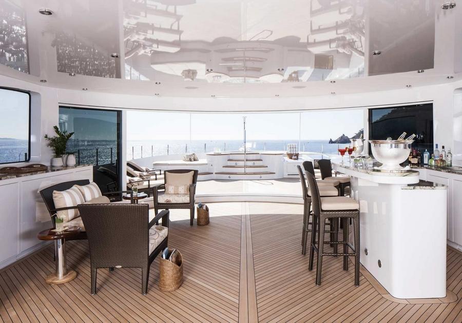Luxury yacht LADY SARA - Sundeck bar, sun loungers and Jacuzzi
