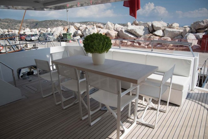 Alfresco dining on the aft deck of M/Y NASHIRA