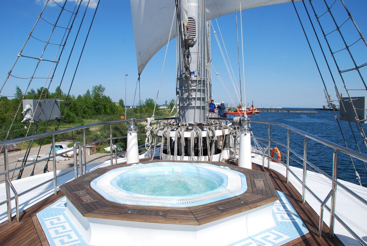 Luxury yacht RUNNING ON WAVES - Spa Pool