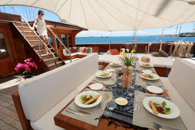 Yacht Lamima - Alfresco dining