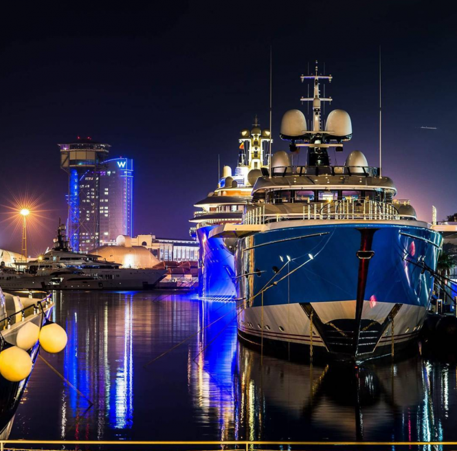 Madame Gu (99m) and Dilbar (156) in Barcelona at night. Photo by @gauvin.pictures