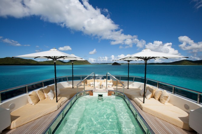 Superyacht RoMa - Sundeck pool and sun lounging area