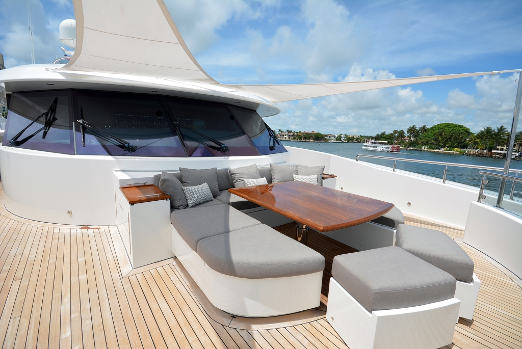 Luxury yacht AQUAVITA - Foredeck dining and convertible sunpads