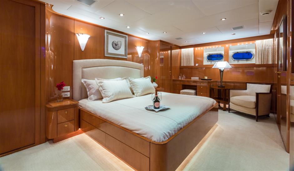 Motor yacht NO BUOYS - Master suite
