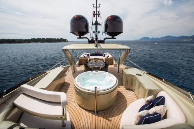 Superyacht MIDNIGHT SUN - Flybridge Jacuzzi and alfresco dining