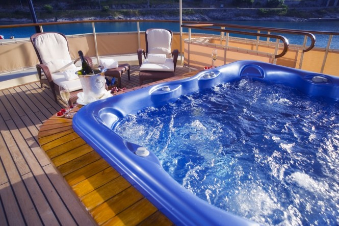 Classic luxury yacht SEAGULL II - Sundeck sun loungers and spa pool