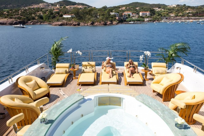 Luxury yacht SEANNA - Sundeck Jacuzzi and sun loungers