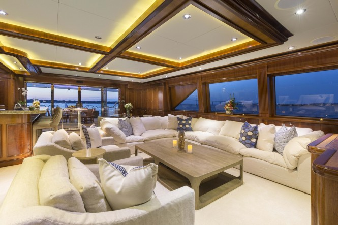 Motor yacht FAR FROM IT - Skylounge