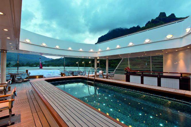Motor yacht GRAND OCEAN - Pool, wet bar and alfresco seating