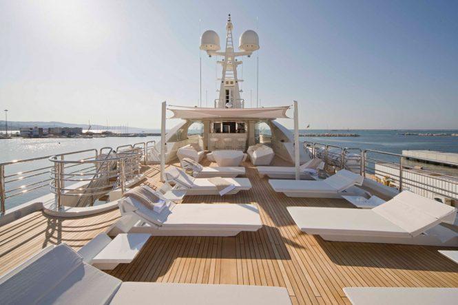 Motor yacht LIGHT HOLIC - Sundeck sun loungers and bar