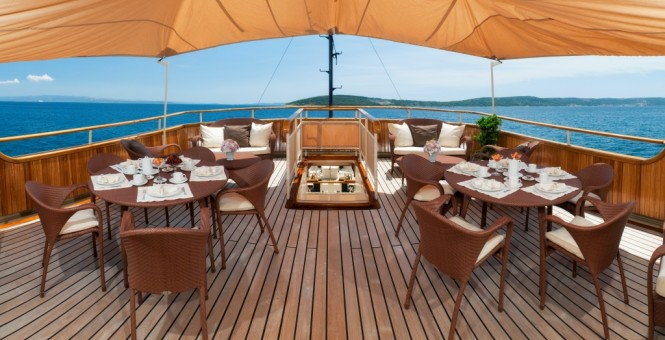 Motor yacht SEAGULL II - Upper deck sun terrace and alfresco dining