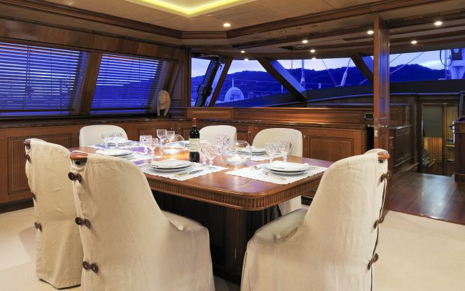 Luxury yacht DRUMBEAT - Upper level dining