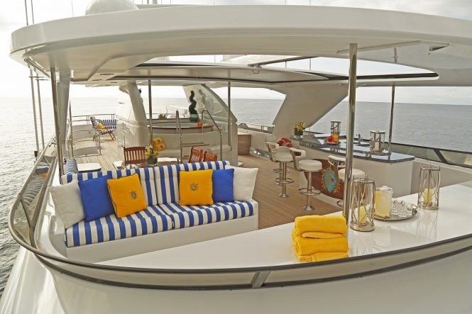Luxury yacht PENNY MAE - Sundeck seating, Jacuzzi and bar