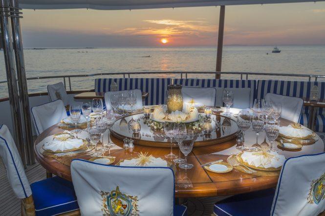 Luxury yacht PENNY MAE - Upper deck alfesco dining