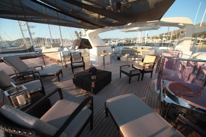 Luxury yacht QUEST R - Sundeck seating and Jacuzzi