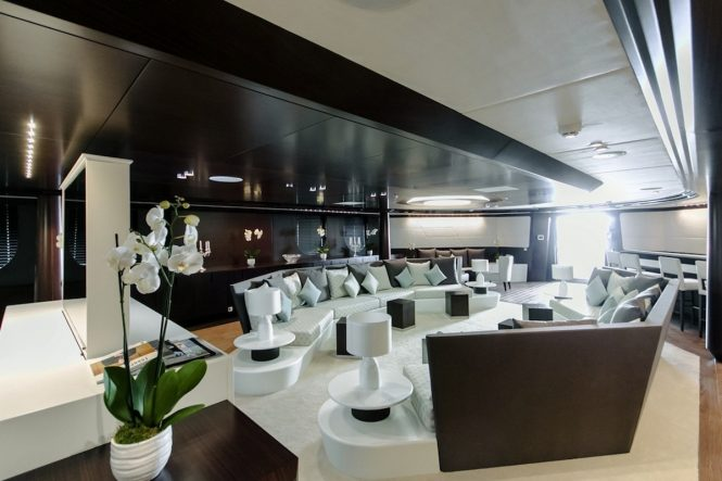Motor yacht KATINA - The glamorous main salon and bar