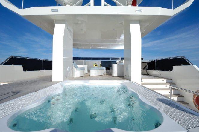Motor yacht SERENITAS - Flybridge jacuzzi and alfresco lounge