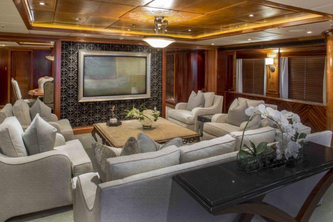 Superyacht UNBRIDLED - Main salon