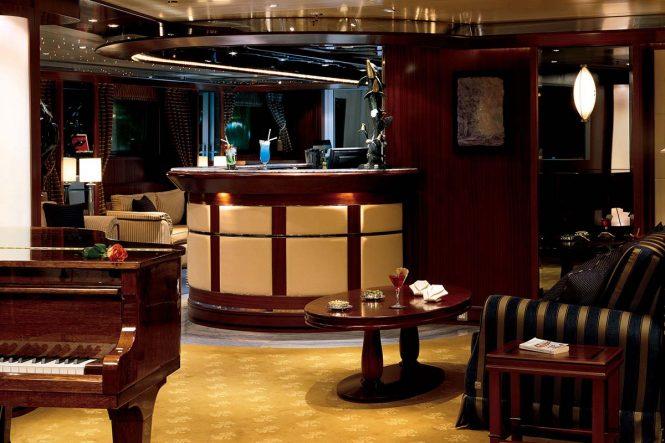Superyacht LAUREN L - Main salon bar