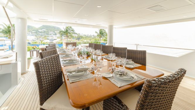 elegant yet relaxed alfresco dining set up
