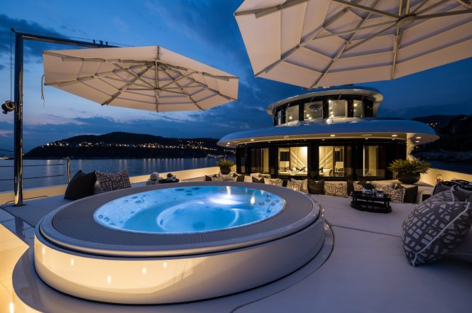Jacuzzi by night - Photo Jeff Brown