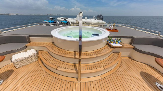 Jacuzzi with large sun pads for the ultimate relaxation