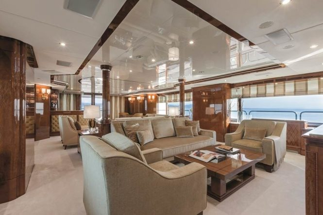 Comfortable saloon with plenty of seating