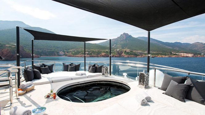 Jacuzzi with great amount of sun pads and lounging possibilities