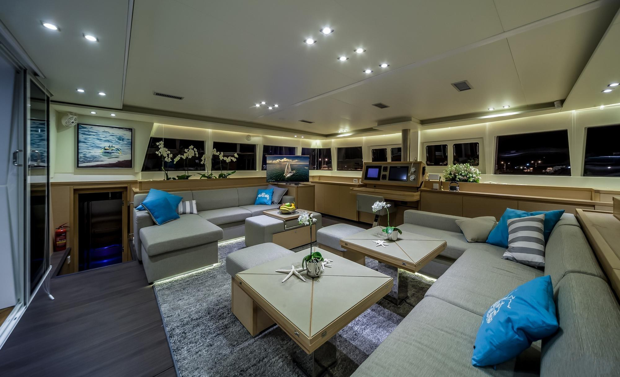 Spacious saloon with great spaces to relax