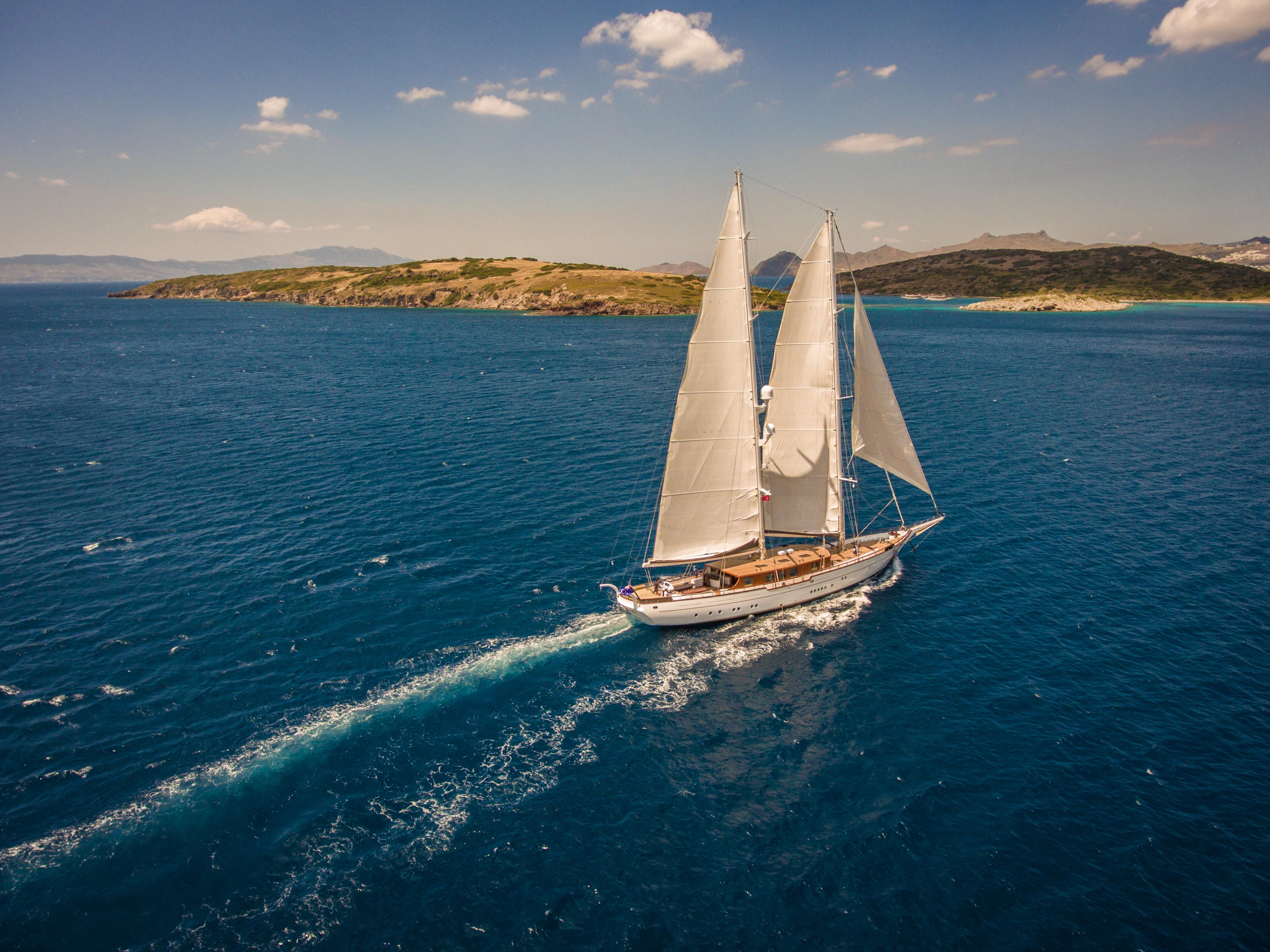 ZANZIBA Running under sail
