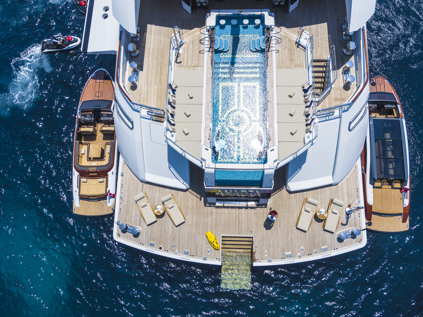 Aft decks and beach club (© Imperial Yachts)