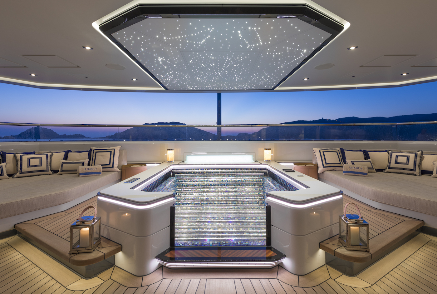 Master cabin Jacuzzi (© Imperial Yachts)