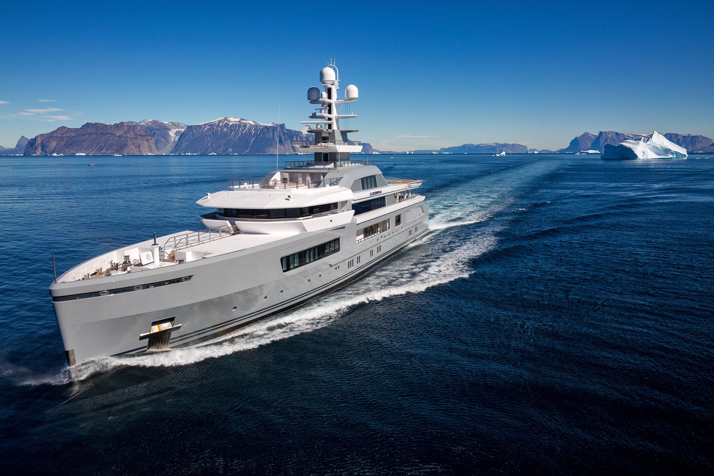 Luxury yacht CLOUDBREAK