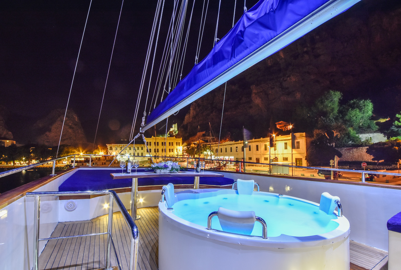 On deck Jacuzzi for romantic and relaxing evenings