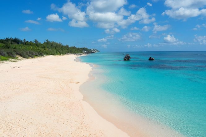 PINK SAND BEACH IN BERMUDA © Image by Larry White from Pixabay