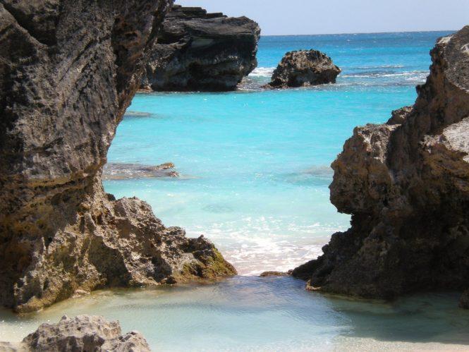Scenic rocks in Bermuda © Image by beverleewilson from Pixabay
