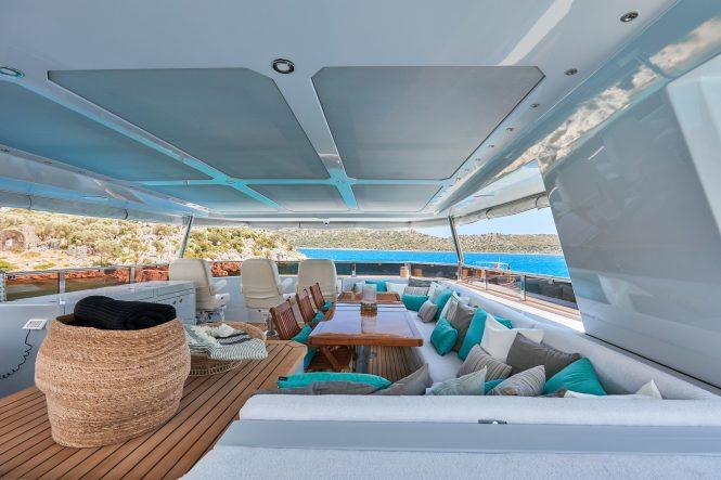 Expansive flybridge for alfresco dining
